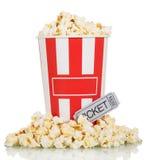 Попкорн большой коробки полный и попкорн вокруг билета кино на белизне Стоковое фото RF