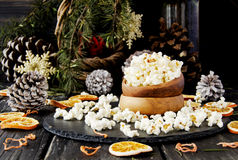 Попкорн в деревянной плите на предпосылке рождества Стоковое Фото