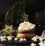 Попкорн в деревянной плите на предпосылке рождества Стоковое Изображение RF