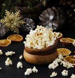 Попкорн в деревянной плите на предпосылке рождества Стоковые Изображения RF