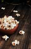 Попкорн в деревянной плите на предпосылке  Стоковая Фотография RF