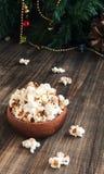 Попкорн в деревянной плите на предпосылке  Стоковые Изображения