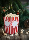 Попкорн в чашке на предпосылке рождества Стоковая Фотография