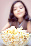 попкорн девушки стоковая фотография rf