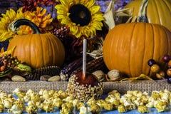 Попкорн и тыквы Яблока конфеты стоковые изображения rf