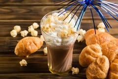Попкорн карамельки с какао взбил сливк и круассаны Стоковая Фотография RF