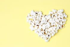 Попкорн клал вне в форме конца-вверх сердца, взгляда сверху стоковые изображения
