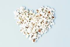 Попкорн клал вне в форме конца-вверх сердца, взгляда сверху стоковая фотография rf