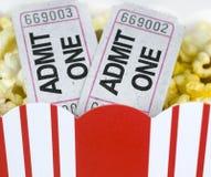 попкорн коробки снабжает 2 билетами Стоковое Изображение