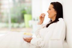 Попкорн кровати женщины Стоковые Фото