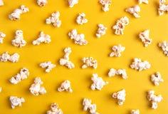 Попкорн на желтой предпосылке стоковое изображение rf
