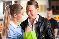 Попкорн пар покупая обнимая на театре стоковые изображения rf