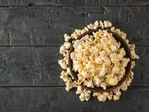 Попкорн полит от шара глины на таблице Место для вашего текста взгляд сверху стоковые изображения rf