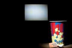 Попкорн для использования билета на белом экране предпосылки Стоковые Фото