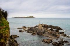 Поплавайте вдоль побережья в Баскония с островом Izaro на задней части Стоковые Изображения RF