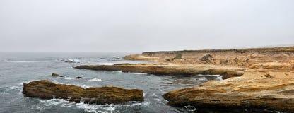 поплавайте вдоль побережья положение oro de Монтаны утесистое стоковые изображения