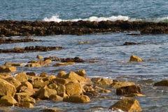 поплавайте вдоль побережья утесистое Стоковое Изображение