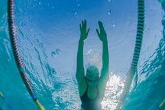 Поплавайте спортсмен девушки под водой Стоковые Фото