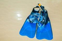 Поплавайте флипперы, маска, шноркель, шляпа в прибое на песчаном пляже Стоковая Фотография