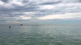Поплавки и спасательная шлюпка томбуя на штиле на море сток-видео