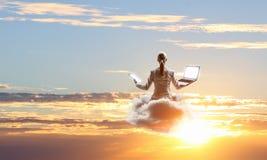 Поплавок женщины над городом Стоковые Изображения RF