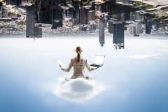 Поплавок женщины над городом Стоковое Фото