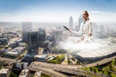 Поплавок женщины над городом стоковые изображения