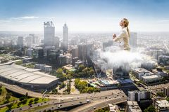 Поплавок женщины над городом стоковое изображение rf