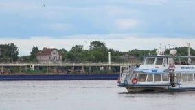 Поплавок корабля против фона timelapse топливозаправщика реки