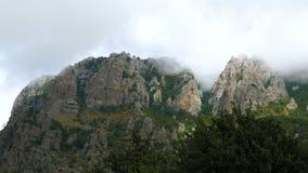 Поплавок облаков над горами видеоматериал