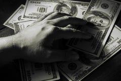 Попробуйте держать деньги. Стоковая Фотография
