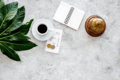 Попросите счет на кафе Обслуживайте колокол около кофе, проверки и монеток на сером каменном copyspace взгляда столешницы Стоковая Фотография