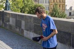 Попрошайка в Праге стоковое изображение rf