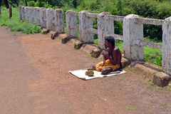 Попрошайка на тротуаре на Amarkantak Стоковые Изображения RF