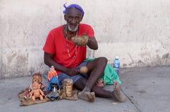 попрошайка человек la острова havana habana Кубы попроек прописной много старых плохих улиц там стоковая фотография