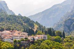 Популярная touristic панорамная точка зрения на Mount Olympus снизу от городка Litochoro со своими уютными гостиницами, квартирам стоковая фотография rf