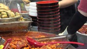 популярное корейское tteokmyeon еды 4K Торты риса Пусан Garae-tteok, Южная Корея сток-видео