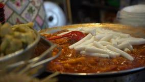популярное корейское tteokmyeon еды 4K Торты риса Пусан Garae-tteok, Южная Корея видеоматериал
