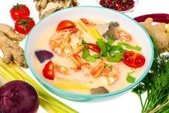 Популярный тайский суп батата Тома с креветками и овощами на белой предпосылке Стоковая Фотография RF