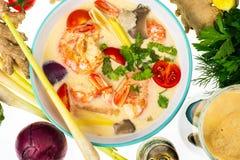 Популярный тайский суп батата Тома с креветками и овощами на белой предпосылке Стоковые Фотографии RF