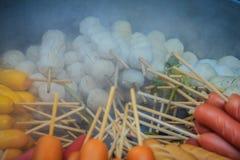 Популярный шарик мяса еды улицы, шарик свинины, шарик рыб и сосиска с бамбуковыми ручками в испаряться бак для продажи на стойле  Стоковая Фотография RF