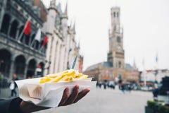 Популярная высококалорийная вредная пища улицы в Брюгге, Бельгии французские фраи с стоковое изображение rf