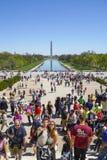 Популярное и занятое место в Вашингтоне - туристах посещая мемориал Линкольна и зеркальном пруде - ВАШИНГТОН, РАЙОН стоковая фотография rf