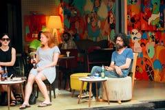 Популярное кафе улицы с расслабляющими любовниками пива стоковое фото rf