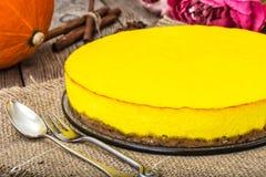 Популярный десерт-домодельный чизкейк тыквы на деревянном backgrou Стоковые Фотографии RF
