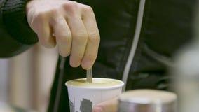 Попытка мальчика вкус кофе в баре акции видеоматериалы