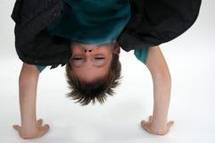 Попытки мальчика для того чтобы сделать handstand стоковое фото rf