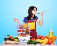Попытки домохозяйки сварили еду стоковая фотография rf