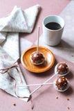 Попы шоколадного торта взбрызнутые с гайками стоковая фотография rf