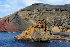 Тряхните около зеленой лагуны, El Golfo, Лансароте, Канарских островов, спы стоковое фото rf